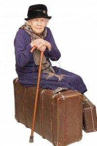 7496132-la-vieille-dame-repose-sur-une-valise