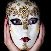 14018521-femme-portant-un-masque-de-carnaval-belle-ses-mains-sont-autour-du-visage