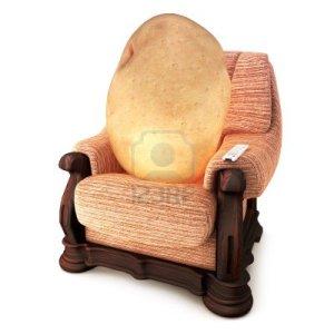 14877786-couch-potato-humour-pomme-de-terre-sur-un-canape-avec-une-telecommande-sur-un-fond-blanc